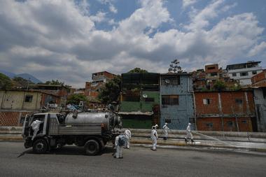 En esta foto de archivo tomada el 2 de abril de 2020, los trabajadores municipales desinfectan las calles durante una campaña de limpieza como medida preventiva contra la propagación del nuevo coronavirus