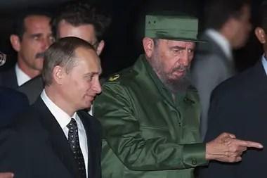 Esta foto de archivo tomada el 13 de diciembre de 2000 muestra al presidente cubano Fidel Castro dando la bienvenida al presidente ruso Vladimir Putin en el aeropuerto José Martí en La Habana