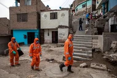 Trabajadores de la salud recorren las calles de un sector vulnerable de Lima
