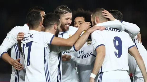 Benzema recibe el saludo de sus compañeros tras marcar el primer gol de la final