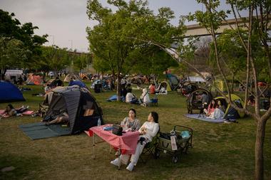 La gente se sienta en un parque en Seúl, Corea del Sur, el 1 de mayo de 2020