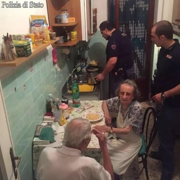 Los policías cocinaron pasta con mantequilla y queso para los ancianos