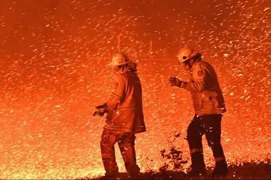 Miles de bomberos luchan contra las llamas en el sudeste de Australia