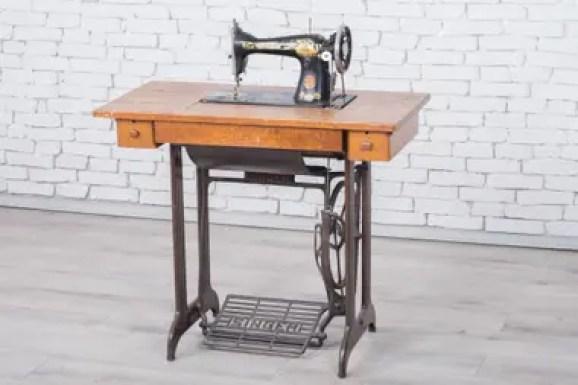Una máquina de coser a pedal