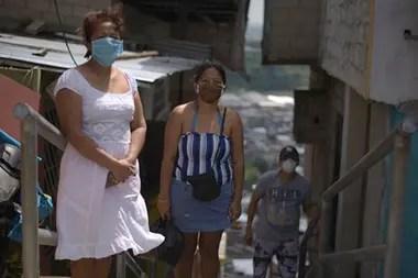 Bertha y su familia viven en un cerro en el norte de Guayaquil.