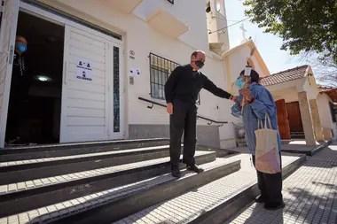 Mientras el Arzobispado de Mendoza instó a quedarse en casa por el avance del coronavirus, en una parroquia tradicional abrieron las puertas para que los fieles veneren al Santo.