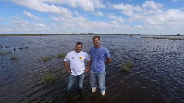 Gerardo Cerutti y Adrián Cordero, productores agropecuarios y de lácteos, en La Playosa, frente a su planta