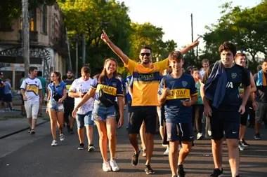 Los hinchas de Boca van llegando a la Bombonera para el partido definitorio contra Gimnasia, que tiene a Diego Maradona como entrenador.