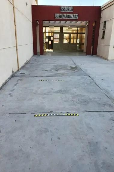 Los estudiantes deben mantener distancia al ingresar al establecimiento