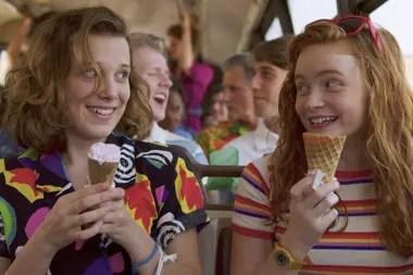 El (Millie Bobby Brown) y Max (Sadie Sink) en la nueva temporada de la serie, nuevamente cargada de referencias ochentosas