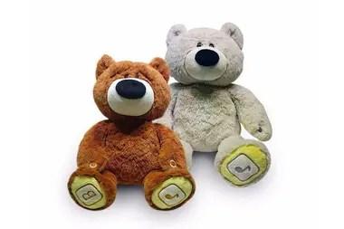Peluche inteligente. El Luv N Learn Friends es un oso interactivo didáctico que resuelve juegos de matemáticas, rompecabezas y hasta cuenta cuentos. Tiene tecnología Bluetooth, permite recibir llamadas y escuchar mensajes que los padres pueden grabarles a sus hijos ($2938,95).