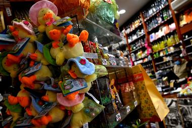 Huevos de Pascua y juguetes de peluche se exhiben en una tienda de delicatessen en Roma el 9 de abril de 2020 durante el cierre del país