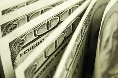 El dólar oficial mayorista se vendía a esa misma hora a $65,50