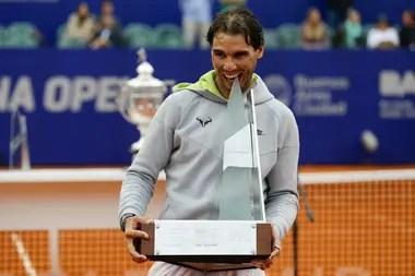 Ahora sí: Nadal y el clásico mordisco al trofeo de campeón, en 2015