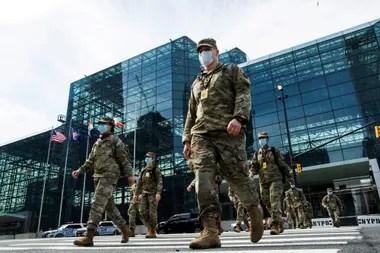 Miembros de la Guardia Nacional en el Centro de Convenciones Jacob K. Javits, en Nueva York