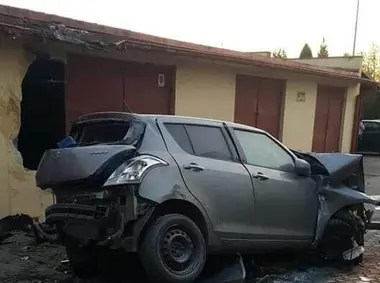 El auto salió despedido y alcanzó una altura de siete metros
