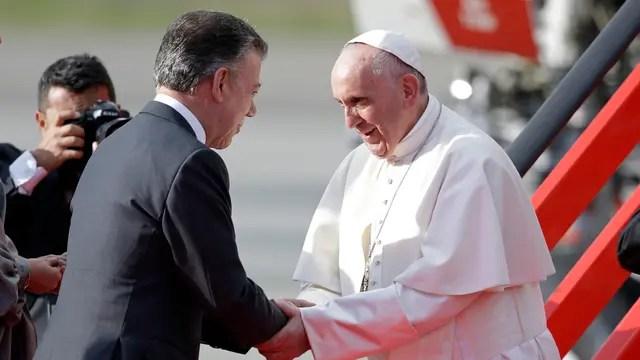 El Papa Francisco saluda a Juan Manuel Santos en el aeropuerto El Dorado en Bogota