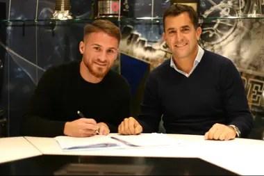 Mac Allister, el día que firmó su contrato con Boca, con el dirigente Christian Gribaudo
