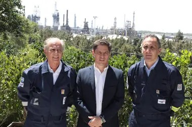 Alejandro Bulgheroni, Chairman de Pan American Energy (PAE), Axel Kicillof, gobernador de Buenos Aires, y Marcos Bulgheroni, CEO de PAE