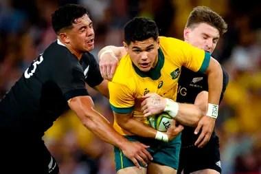 El australiano Noah Lolesio tackleado por los neozelandeses Anton Lienert-Brown y Beauden Barrett. Australia se tomó revancha tras la peor derrota en la historia del clásico.