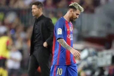 De archivo: Messi sale, Simeone de fondo, en un partido entre Barcelona y Atlético de Madrid