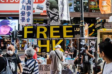 Una gran pancarta muestra a la Diosa de la Democracia y las letras que dicen Free HK en un puesto cerca del Parque Victoria en Hong Kong el 4 de junio de 2020, después de una vigilia anual que tradicionalmente tiene lugar en el parque para marcar la represión de la Plaza Tiananmen de 1989