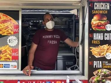 Romani, 33, con pocos clientes en su food truck.