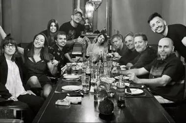 Después de la función, el elenco completo cenó para celebrar un año más de éxito