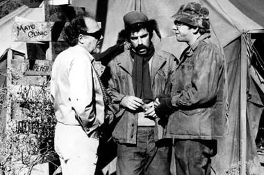 Altman junto a Elliott Gould y Donald Shuterland, durante el rodaje de M.A.S.H.