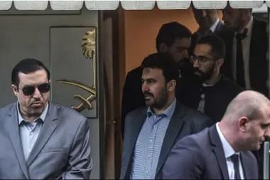 Funcionarios de seguridad sauditas abandonan, entre protestas, el consulado en Turquía.