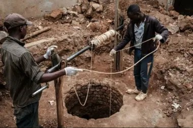 Pozos como este, en las afueras de Kigali, fueron usados como fosas comunes durante el genocidio de 1994