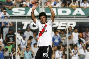 Higuaín jugó 41 partidos en River y marcó 15 goles; su último partido fue el 10 de diciembre de 2006, un 1-1 frente a Vélez en Liniers.