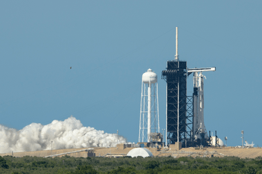 Esta foto publicada por la NASA muestra un cohete SpaceX Falcon 9 con la nave espacial Crew Dragon de la compañía a bordo en la plataforma de lanzamiento del Launch Complex 39A durante una breve prueba de fuego estática antes de la misión SpaceX Demo-2 de la NASA