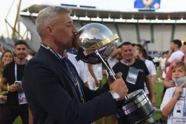 Crespo, quien acaba de salir campeón de la Copa Sudamericana con el club de Florencio Varela, lleva una corta carrera en la conducción de equipos, aunque ya está logrando hacerse conocer por su directo y agresivo estilo.