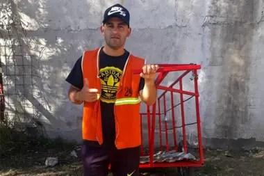 Darío Musa trabaja como carrero y vive en Villa Madrid, Lomas de Zamora.