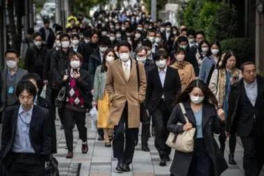 Una encuesta mostró que la mayoría de japoneses siguió yendo a sus centros laborales en marzo.