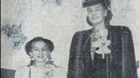 Un recorte de periódico donde aparecen la hermana de Donald Trump, Mary Anne, con su madre.