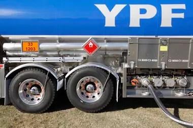 Para abastecer el norte argentino, el combustible sale de la refinería de La Plata a través de poliductos a Santa Fe; desde allí lo trasladan por barcaza a Chaco y, a través de camiones, se distribuye por las provincias del noreste