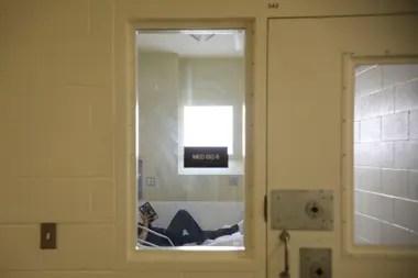 Una interna descansa en su celda en el centro de detención Las Colinas, California