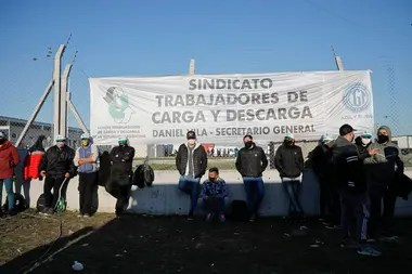 Members of the Loading and Unloading guild guard a Mercado Libre headquarters to prevent Moyano truckers from activating blockades