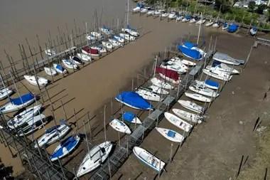 El rio parana está con una profundidad de 0,75 mts y es una de las mayores bajantes de los ultimos 30 años, lo que dificulta la carga de los barcos con cereal en los puertos de la region y la navegabilidad. En la foto balneario La Florida y club Remeros Alberdi en la zona norte de la ciudad.