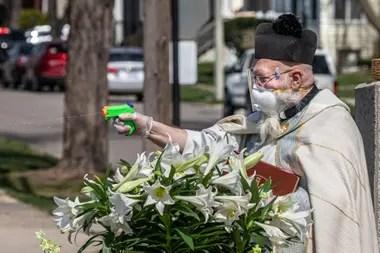 ¡Todos bendecidos! Gracias a la pistola de agua, el sacerdote pudo darle la bendición a sus feligreses