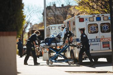 Un paciente ingresa en el New York-Presbyterian Brooklyn Methodist Hospital en Brooklyn el 11 de abril de 2020