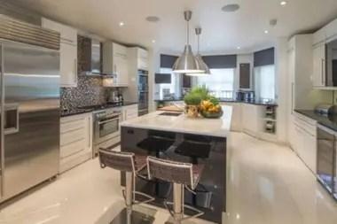 La cocina es de diseño abierto con una isla central, un bar y una bodega de vinos