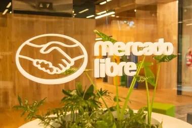 """Mercado Libre es la empresa argentina que, en plena pandemia, parece ser la favorita de los medios internacionales; en esta ocasión, fue el Financial Times el que describió a la compañía que cofundó Marcos Galperin como un """"titán"""" del ecommerce"""