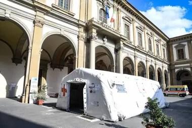 Una carpa donde se revisan casos sospechosos en Florencia