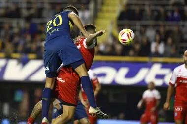 Lisandro López le gana en el salto a Elías Gómez y con un cabezazo anota el gol del 1-0 que significó el último triunfo de Boca ante Argentinos, por la Copa de la Superliga