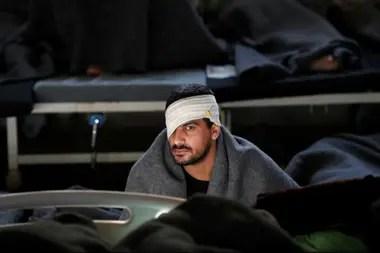 Un prisionero se sienta dentro de un hospital penitenciario en Hasaka