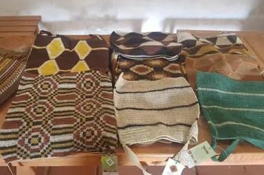 Bolsos y tapices hechos por artesanas wichi con fibras natural del monte chaqueño