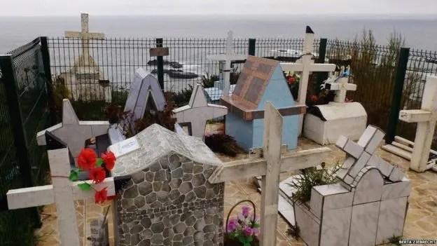 Otra perspectiva del cementerio de Tres Cruces, donde hay 30 tumbas